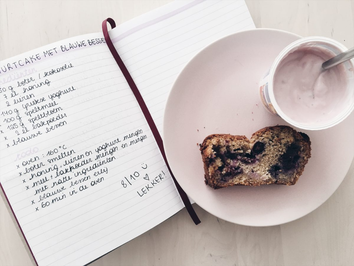 Recept | Speltcake met yoghurt en blauwe bessen.