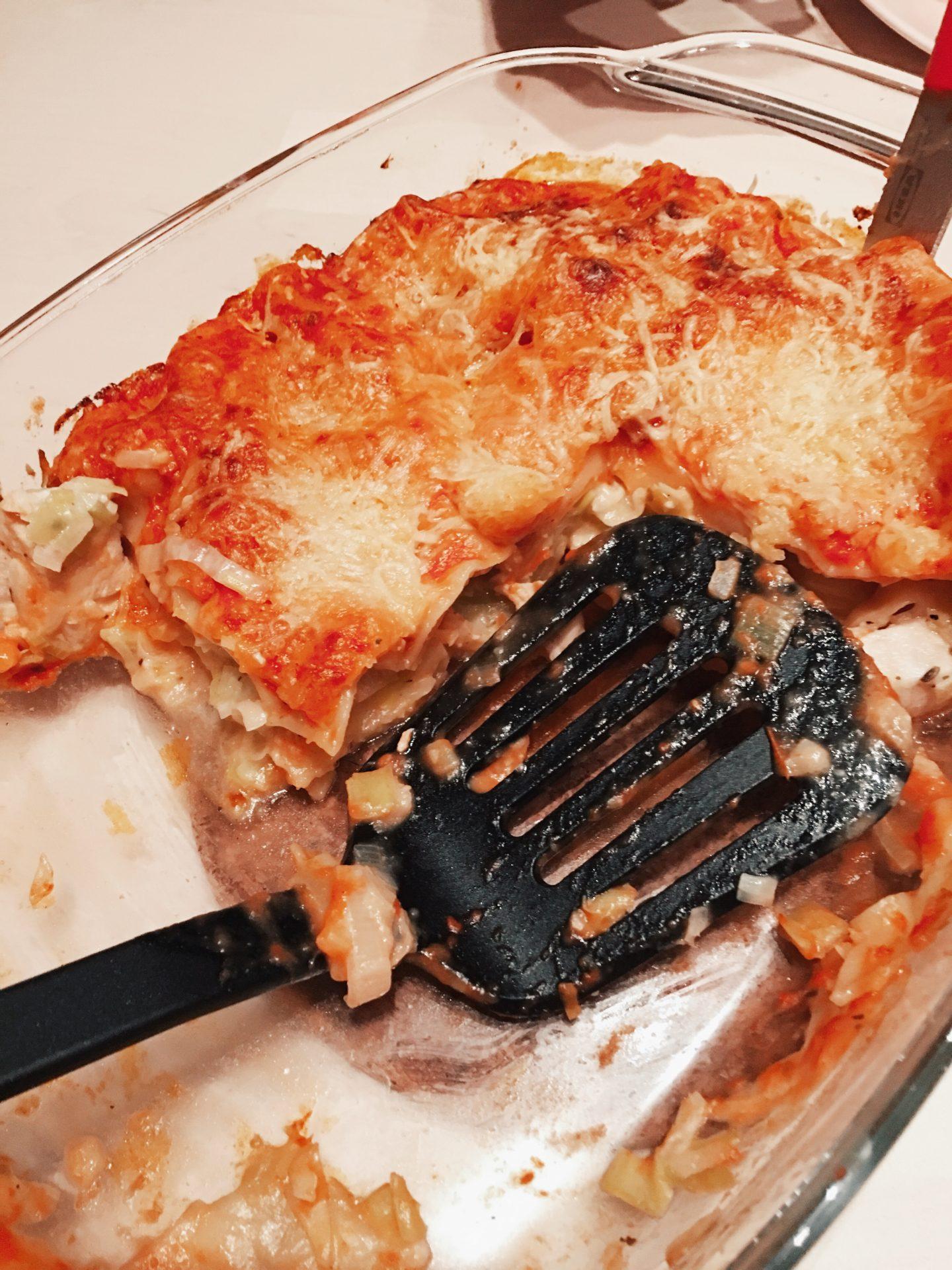 Soort van lasagne met prei en kip en tomatensaus.