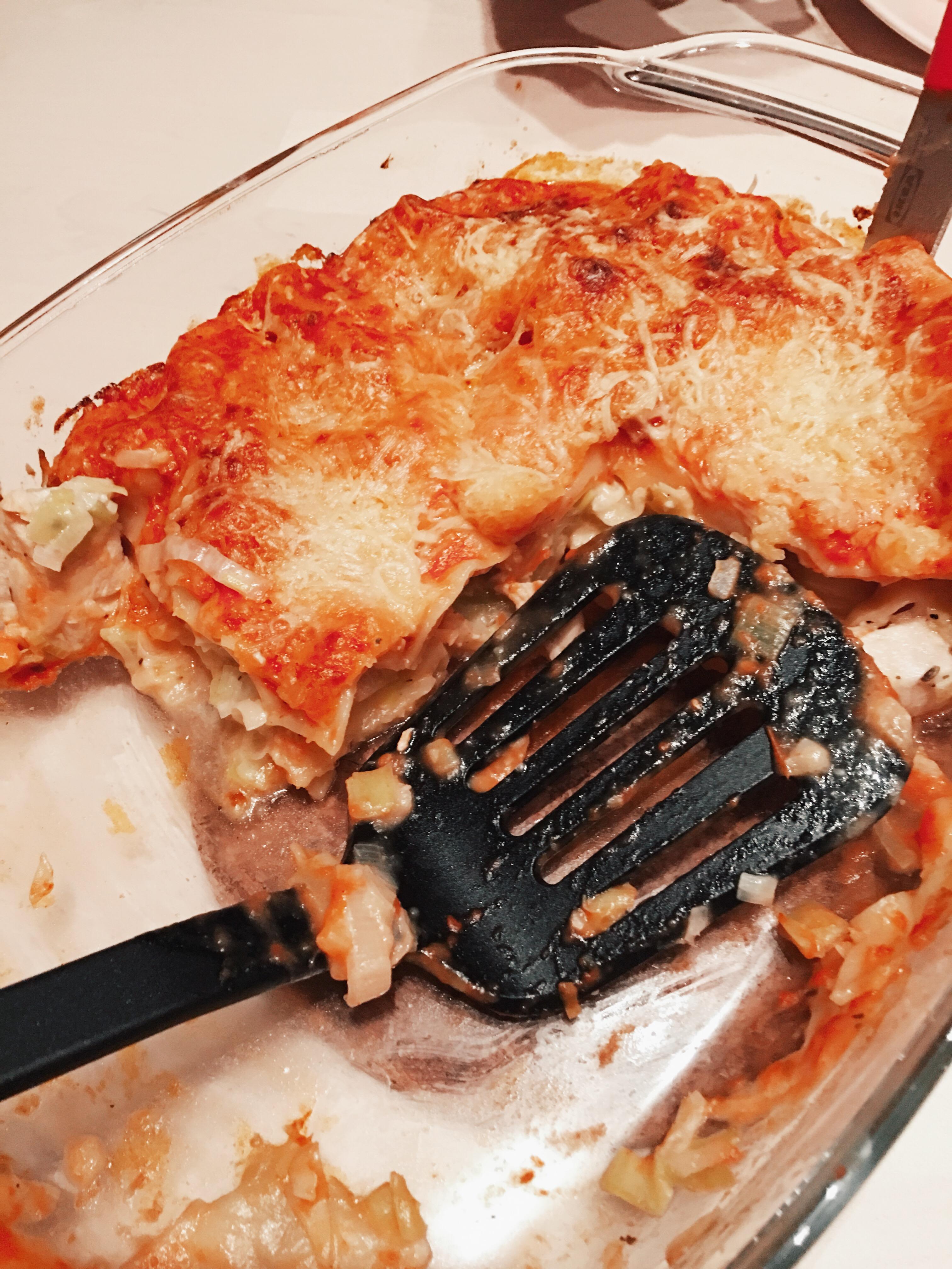 Recept | Soort van lasagne met prei en kip en tomatensaus.