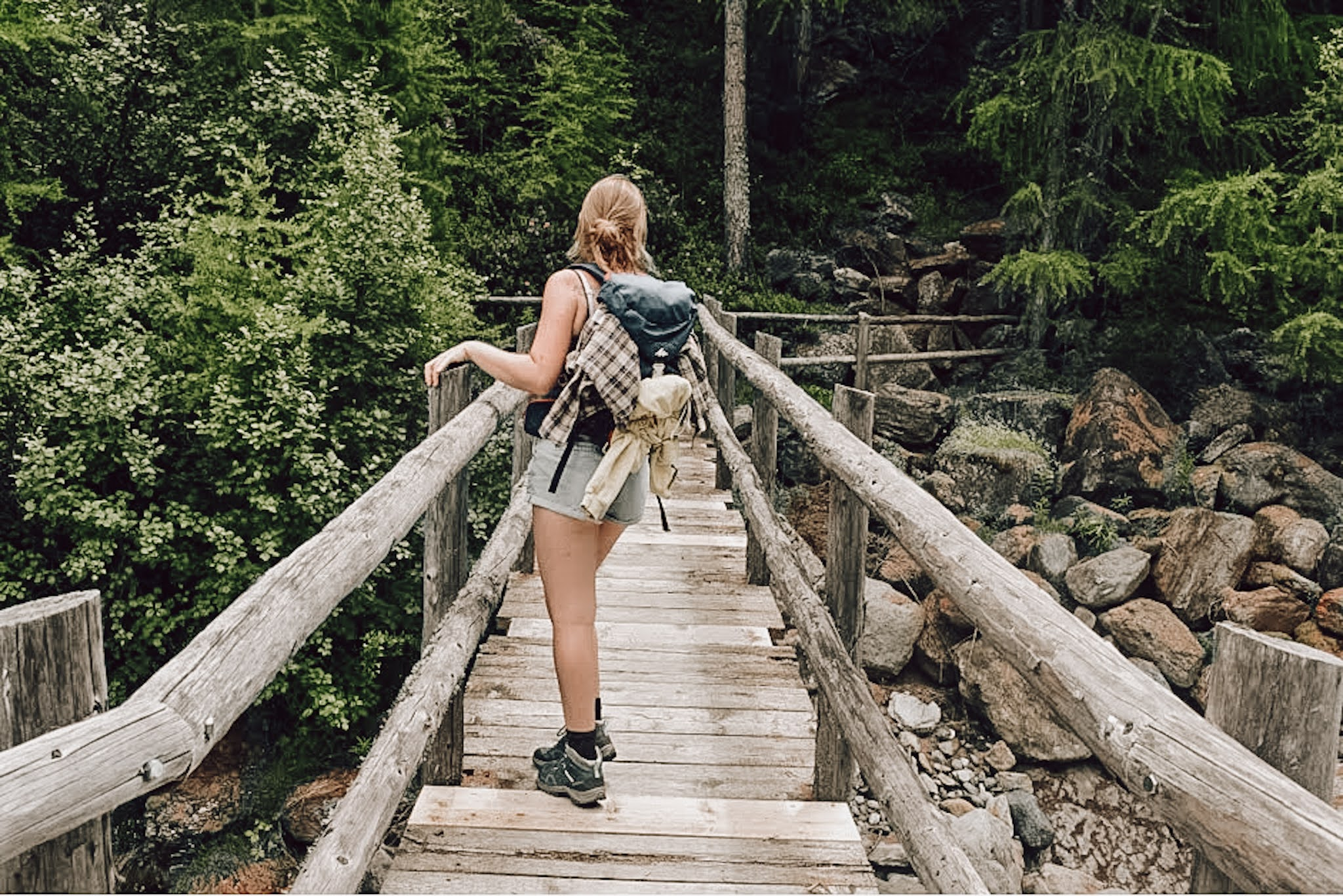 Twee meiden in de Zwitserse bergen